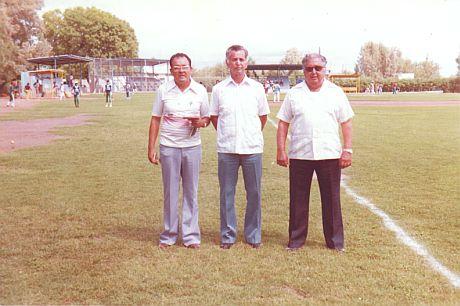 Ramón Ábrego, Ramiro Cuevas y Aléctor Ruiz sobre la grama del parque Gilberto Garza de Sabinas Hidalgo en 1981.
