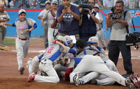 Festejo de la Liga Treviño Kelly. (MetroNoticias metronoticias.com.mx)