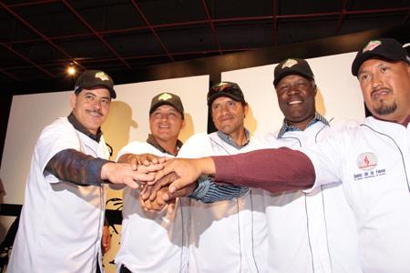 Armando Reynoso, Gerardo 'Polvorita' Sánchez, Alonso Téllez, Derek Bryant y el umpire Efraín Ibarra