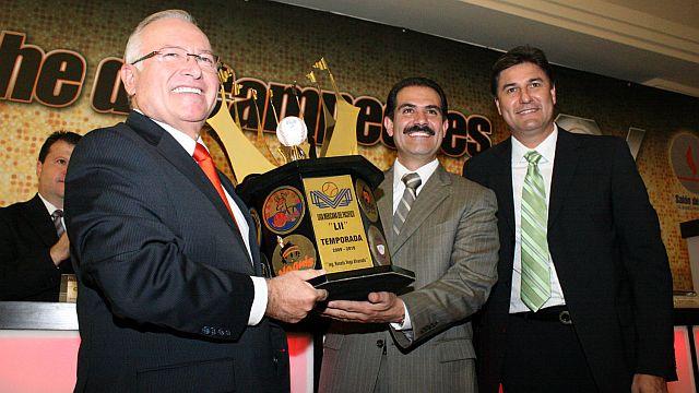 Entrega de trofeo en Hermosillo