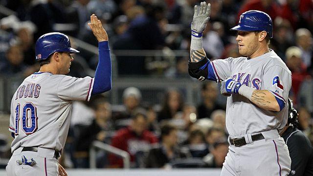 Michael Young felicita a Josh Hamilton por su jonrón ante Yankees en Nueva York