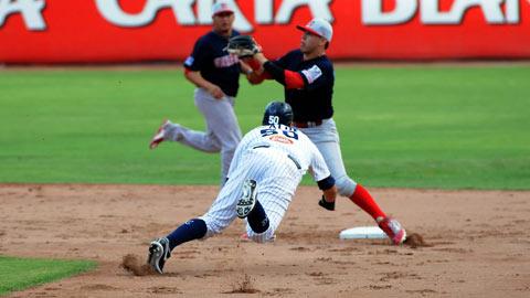 Agustín Murillo barriéndose en segunda ante los Rojos del Águila