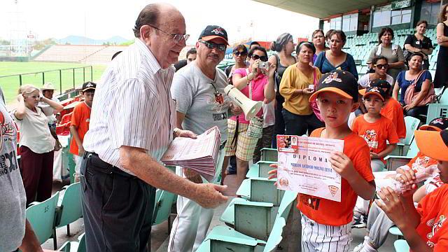 Entrega de reconocimientos por el Dr. Arturo León Lerma