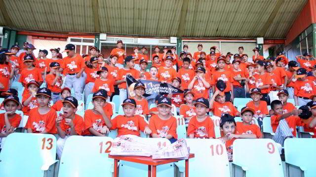 Niños participantes en el XI Campamento de Verano de Naranjeros de Hermosillo