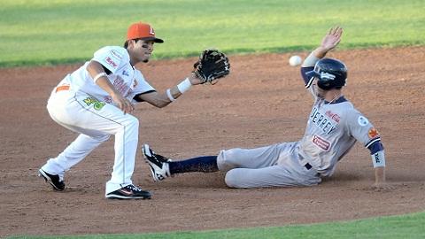 Daniel Hinojosa de Sultanes de Monterrey deslizándose en segunda base