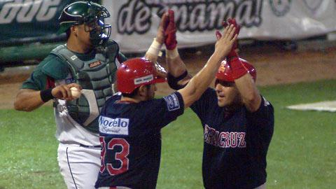 Héctor Páez felicitado por Oscar Ramírez de Rojos del Águila de Veracruz