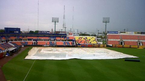 Estadio Beto Ávila de Cancún cubierto a causa de la lluvia