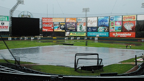 Lluvia sobre el estadio Francisco I. Madero de Saltillo