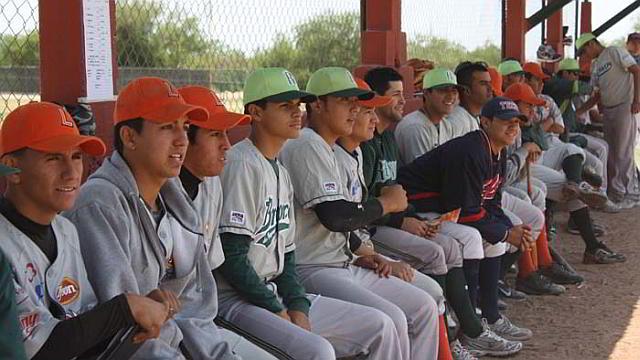 Equipo Reynosa-Lredo-Laguna en el dugout de la Academia LMB