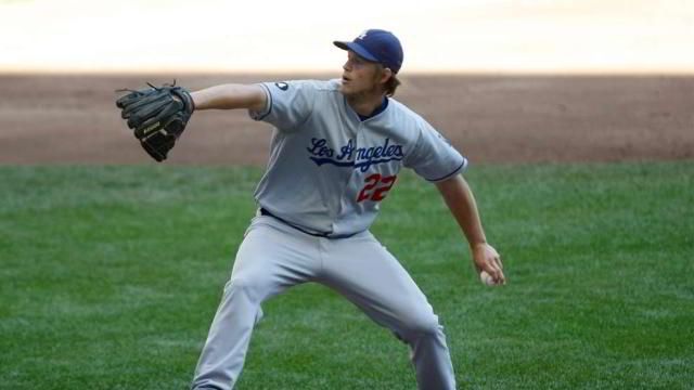 Clayton Kershaw lanzando por Dodgers de Los Angeles