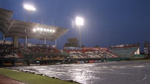 Lluvia en el estadio Eduardo Vasconcelos de Oaxaca