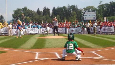 Paul Molitor lanzando la primera bola en la Serie Mundial de Ligas Pequeñas 2011