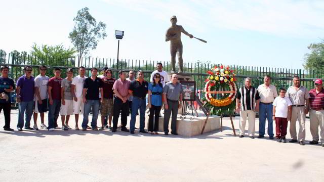 Guardia de Honor en el monumento a Héctor Espino en Hermosillo