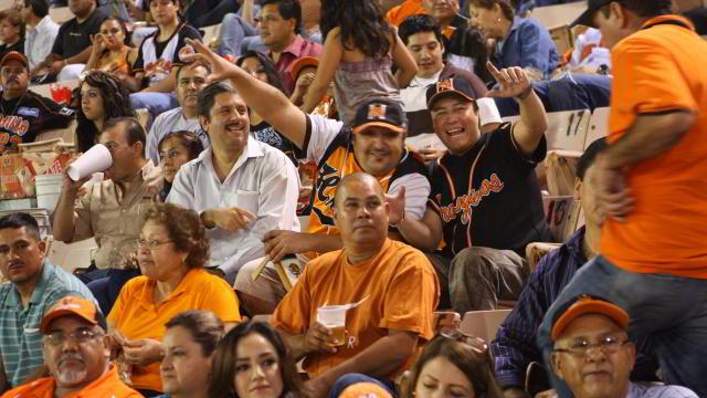 Público en el estadio Héctor Espino de Hermosillo