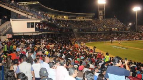 Estadio en la inauguración de la temporada en Mexicali