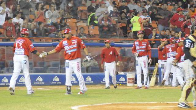 Oscar Robles de Águilas de Mexicali anotando carrera