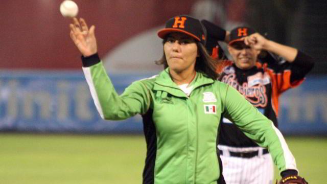 Alejandra Valencia lanzando la primera bola en Hermosillo