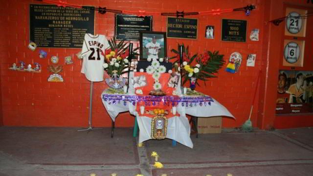 Altar de Muertos a Héctor Espino de parte de Naranjeros de Hermosillo