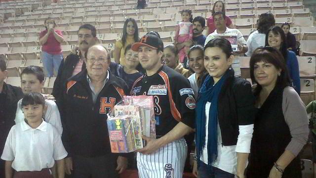 Entrega de material didáctico de Home Run por la Educación de Naranjeros de Hermosillo