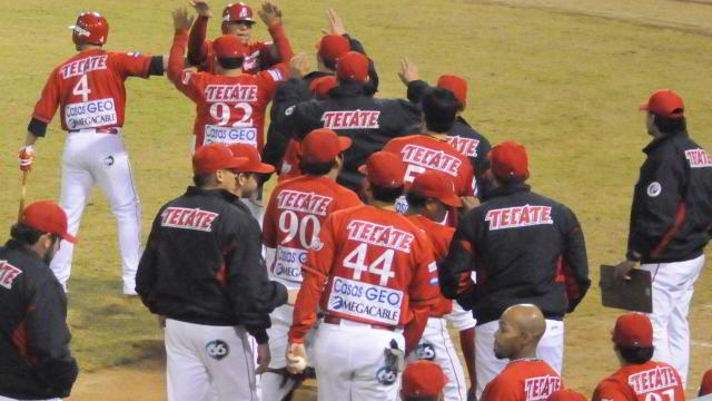 Felicitación en el dugout de Águilas de Mexicali
