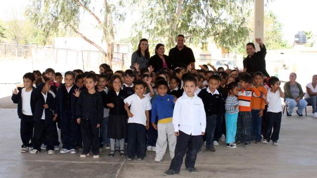 Carlos Rodríguez entregó libros a nombre de Naranjeros de Hermosillo