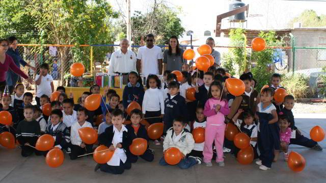 Henry Mateo visitando Jardín de Niños Carlos Espinoza
