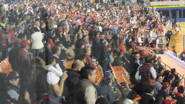 Público en el Estadio Casa Geo de Águilas de Mexicali