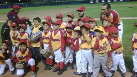 Esteban Loaiza de Águilas de Mexicali con peloteritos de la Liga IMSS