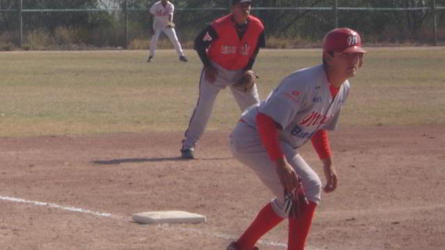 Jesús Rodríguez de MEXOAX corriendo por tercera en la Liga Rookie