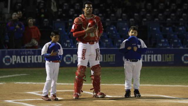 Miguel Ojeda de Venados de Mazatlán y niños de la Liga Cholos