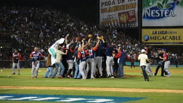 Algodoneros de Guasave celebrando en Culiacán su pase a la final