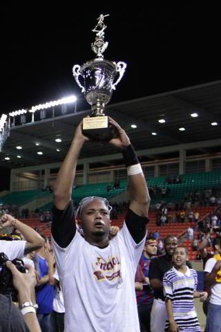 Martín Maldonado con el trofeo de Indios de Mayagüez como campeones de Puerto Rico