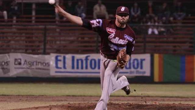 Matt Buschmann, pitcher de Tomateros de Culiacán visitando a Mayos de Navojoa
