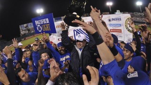 Yaquis de Ciudad Obregón con el trofeo de campeones de la Liga del Pacífico