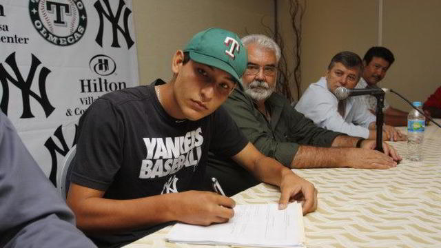 Rafael Ordaz firmando para los Yankees de Nueva York