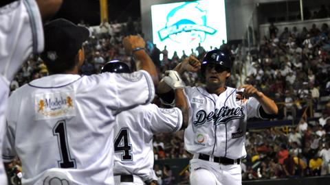 Carlos Ibarra de Delfines de Ciudad del Carmen felicitado por sus compañeros