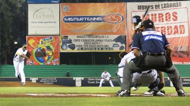 Lorenzo Barceló de Pericos de Puebla lanzando contra Leones de Yucatán