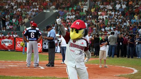 Petroleros de Minatitlán recibiendo a Rojos del Águila de Veracruz en la jornada inaugural