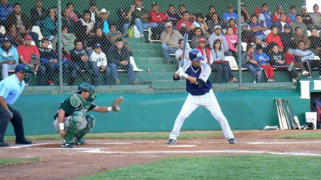 Ramón Ríos tomando su turno ante Broncos de Reynosa en Villa La Paz, S.L.P.