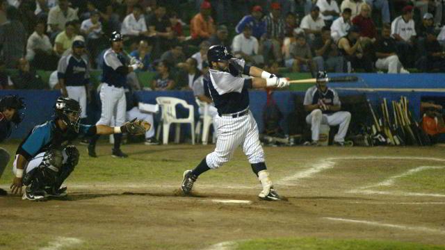 Ricky Álvarez de Sultanes de Monterrey frente a Saraperos de Saltillo en León
