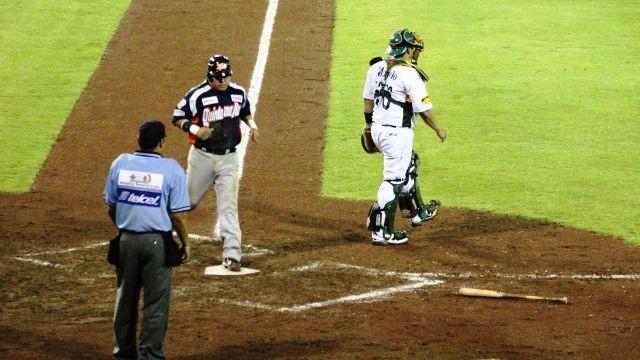 Sergio Contreras anotando para Tigres de Quintana Roo ante Pericos en Puebla