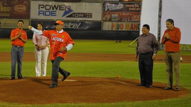 Lanzamiento de la primera bola en inauguración en Torreón
