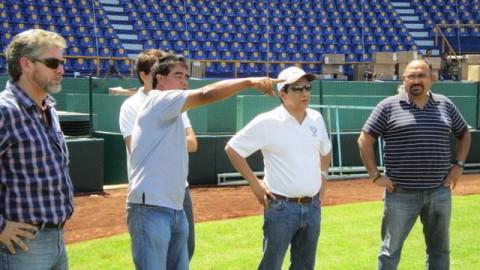 Néstor Alba Brito revisando el estadio Resurgimiento de Ciudad del Carmen