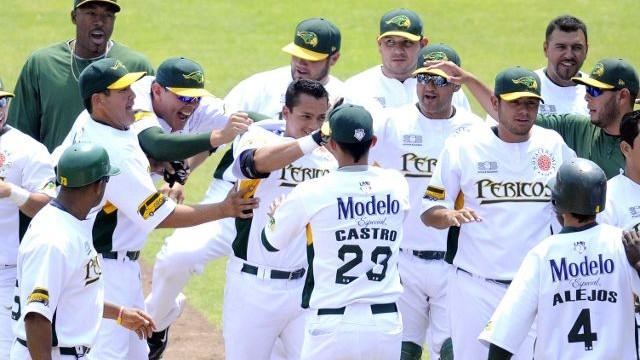 Jorge Cortés celebra con Pericos de Puebla el triunfo sobre Diablos