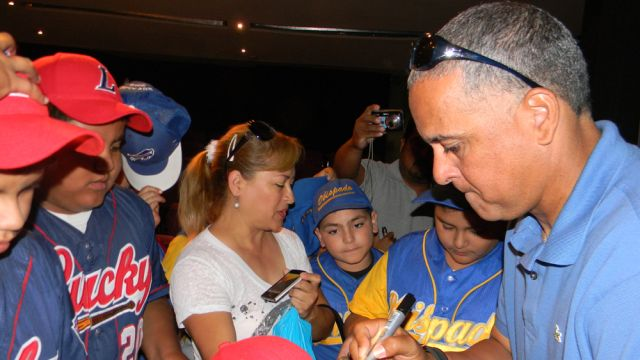Lino Rivera firmando autógrafos