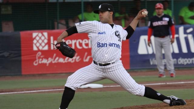Salvador Robles, pitcher de Guerreros de Oaxaca ante Rojos del Águila