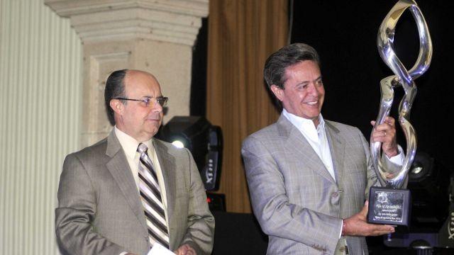 El Ing. Carlos Peralta recibe el trofeo del Ejecutivo del Año 2011
