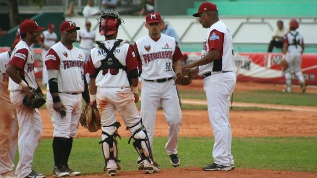 Eddie Castro en conferencia en la loma en juego de Petroleros de Minatitlán