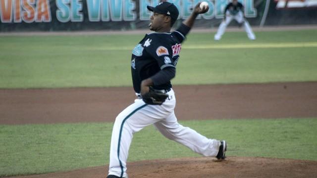 Félix Díaz, pitcher de Saraperos de Saltillo enfrentando a Broncos