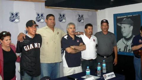 Conferencia de prensa y firma de Luis Pino con Gigantes de San Francisco